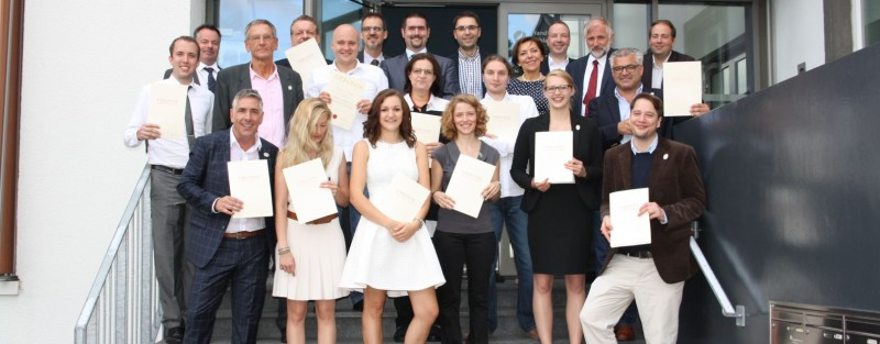 Prüfung zum Weinfachberater (IWI) oder Commis Sommelier (IWI) erfolgreich abgeschlossen, Gruppenfotos mit Prüfungsausschuss